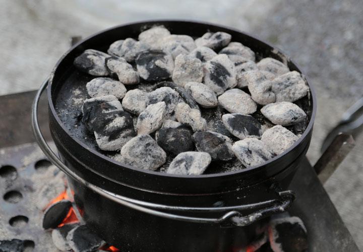 炭火焼きで石焼芋を蒸かしている様子