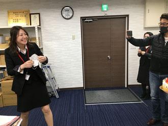 誕生日の堀川さんを撮影するシェアテックの社長