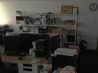 突如、暗くなるオフィス