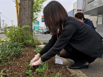 花植え作業中の十川さん
