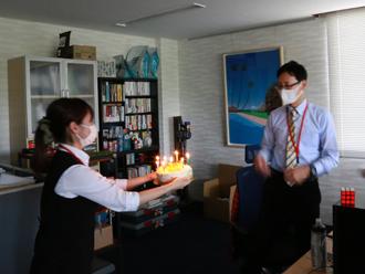 誕生日サプライズに細谷部長も驚きです