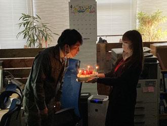 誕生日ケーキのロウソク吹き消す神子さん