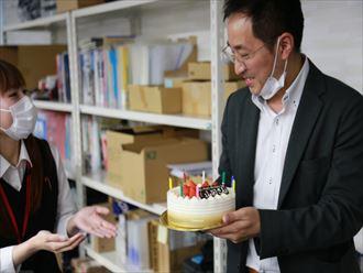 山田さんにケーキをお渡し
