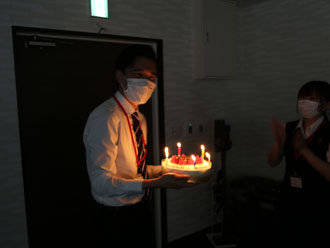 ケーキを手に嬉しそうな表情を浮かべる中田さん