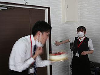 ケーキの火を吹き消す中田さん