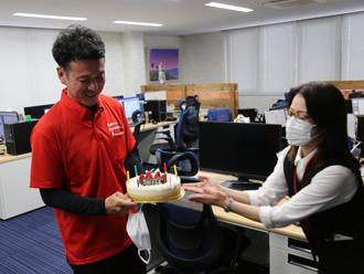 岡野支店長にケーキが手渡されます