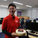 ケーキを受け取って笑顔の岡野支店長です