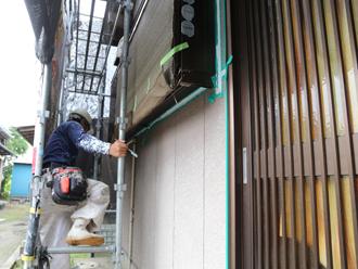 外壁塗装の作業を行う職人さん