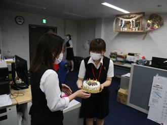 ケーキに喜ぶ十川さん