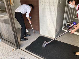 玄関前の清掃